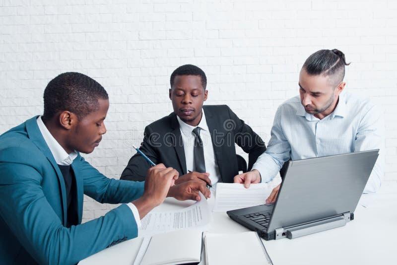 Equipe financeira que prepara contratos novos para assinar foto de stock