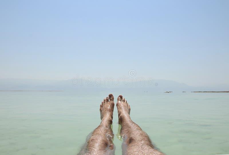 Equipe a flutuação na água, Mar Morto, 2015 imagem de stock royalty free