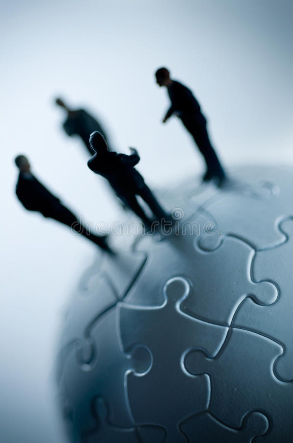 Equipe global em um enigma imagem de stock