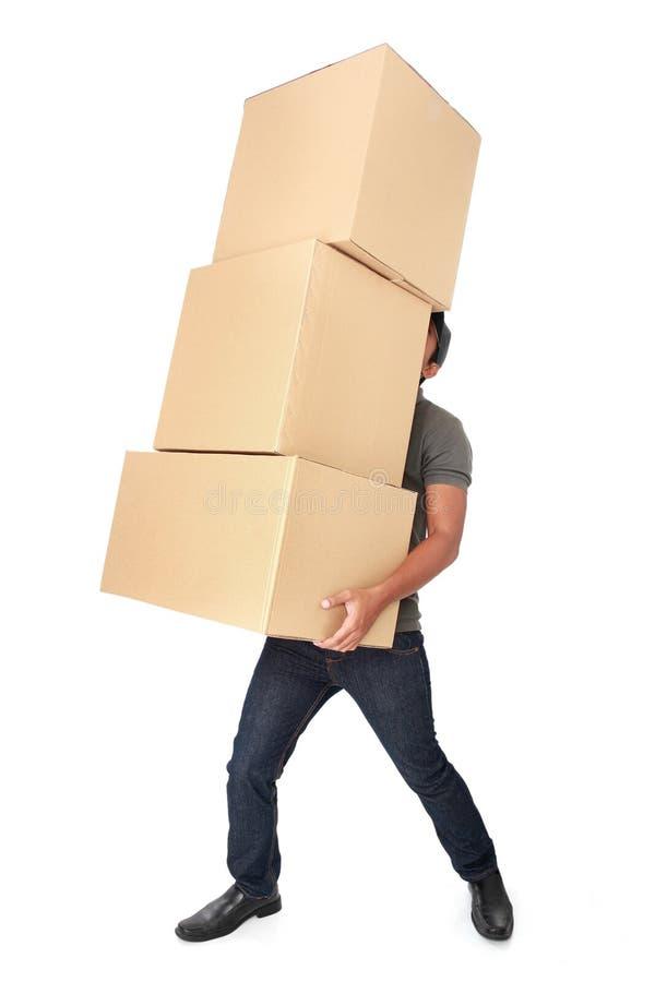 Equipe guardar alguma pilha pesada de caixas de cartão imagem de stock