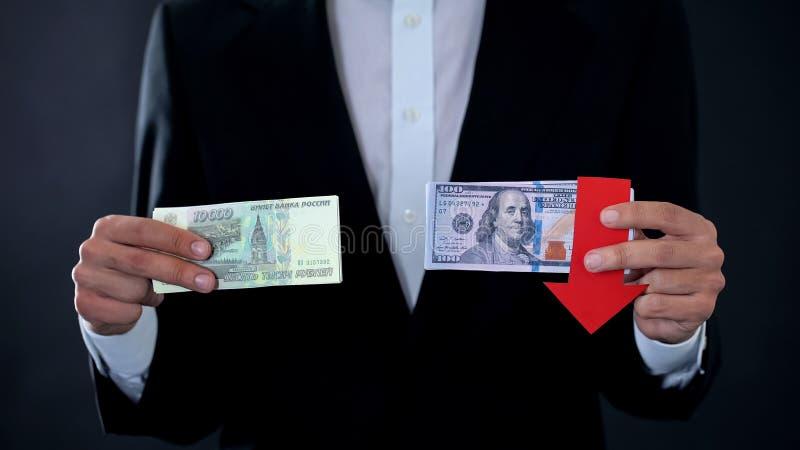 Equipe guardar cédulas, dólar que cai relativo ao rublo de russo, mercado de valores de ação imagens de stock