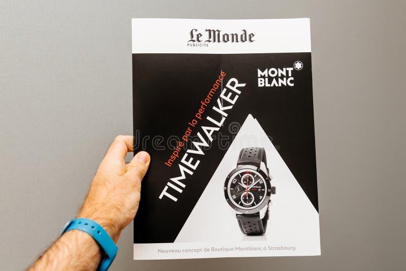 Equipe guardar contra o fundo cinzento um supplem do jornal de Le Monde foto de stock
