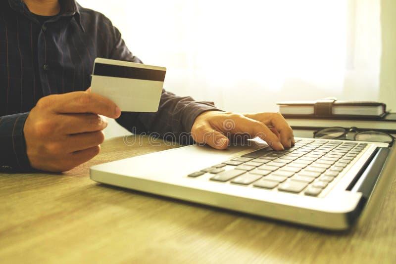 Equipe guardar o cartão de crédito e a utilização do portátil para a compra do pagamento sobre imagens de stock royalty free