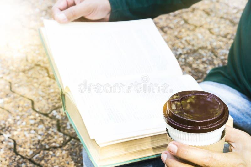 Equipe guardar o copo de café ou o copo descartável com um plástico preto Ca fotos de stock royalty free