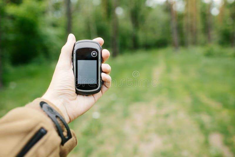 Equipe guardarar um receptor e um plano de GPS em sua mão fotografia de stock