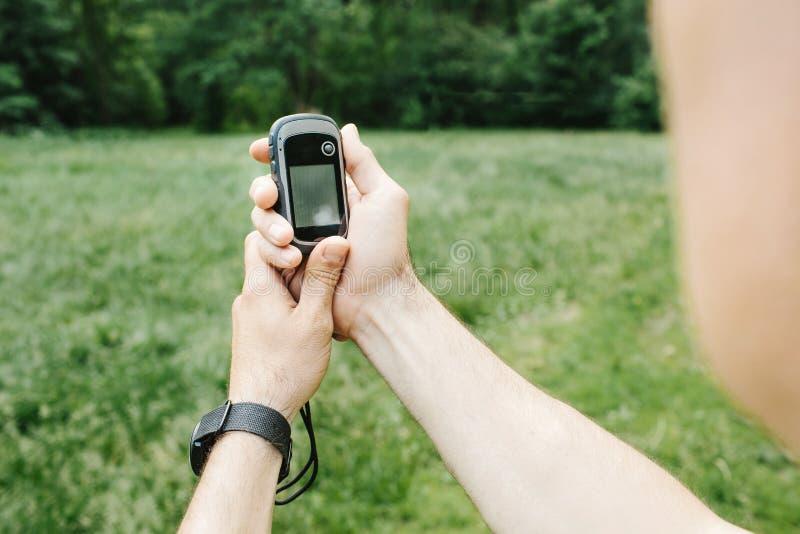 Equipe guardarar um receptor e um plano de GPS em sua mão fotos de stock royalty free