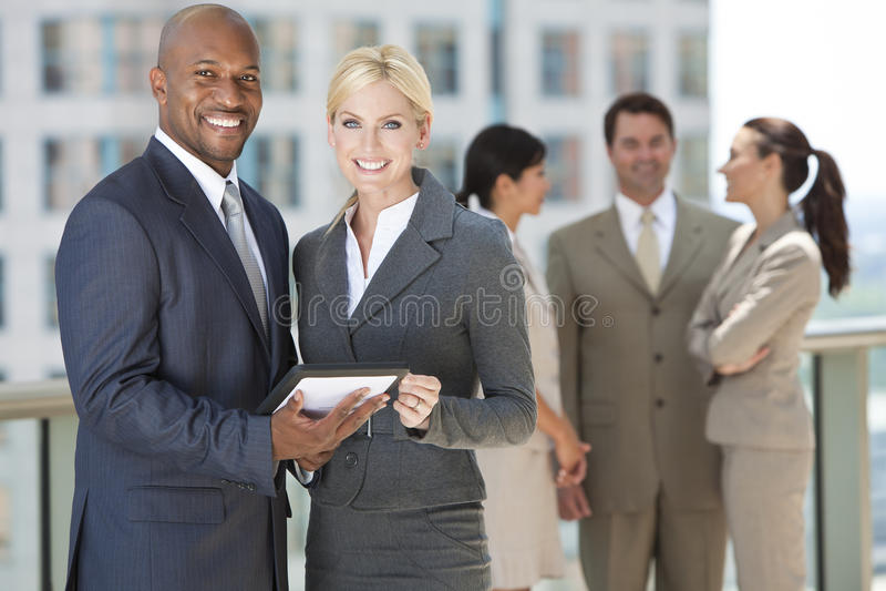 Equipe inter-racial do negócio com computador da tabuleta imagens de stock royalty free
