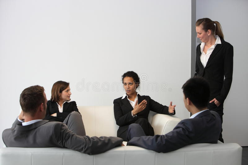Equipe inter-racial do negócio que relaxa na ruptura fotos de stock royalty free