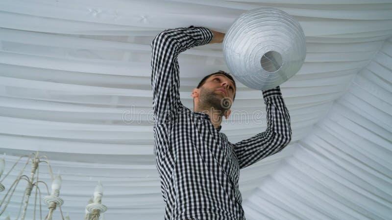 Equipe lanternas de papel cinzentas cor-de-rosa brancas coloridas de suspensão ao teto imagens de stock royalty free