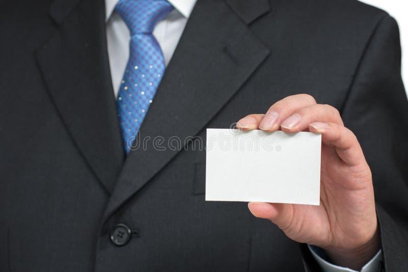 Equipe a mão do ` s que mostra o cartão - close up disparado no fundo branco foto de stock royalty free