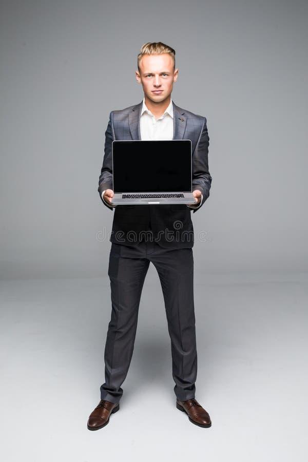 Equipe a mão no portátil com o monitor da tela vazia para o texto Homem de negócios que mostra o portátil com tela vazia Postura  fotografia de stock