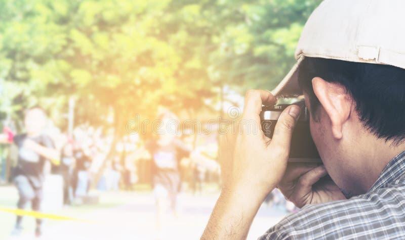 Equipe manter o filme pronto para a reprodução fotográfica para tomar a foto da competição de esporte fotos de stock