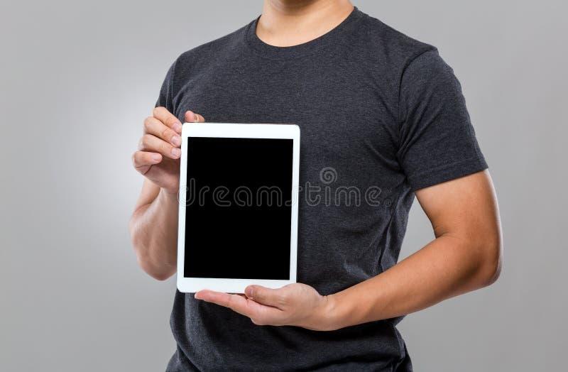 Equipe a mostra com a tela vazia da tabuleta digital foto de stock royalty free