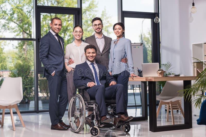 equipe multi-étnico de sorriso do negócio que olha a câmera imagem de stock royalty free