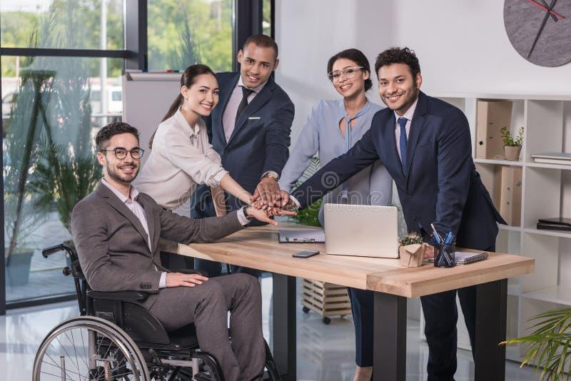 equipe multicultural de sorriso do negócio que olha a câmera fotos de stock royalty free