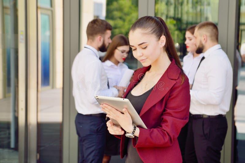 Equipe nova de trabalhadores de escrit?rio Menina nos vidros imagem de stock royalty free