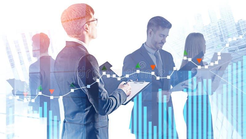 Equipe nova do negócio com documentos, diagramas foto de stock