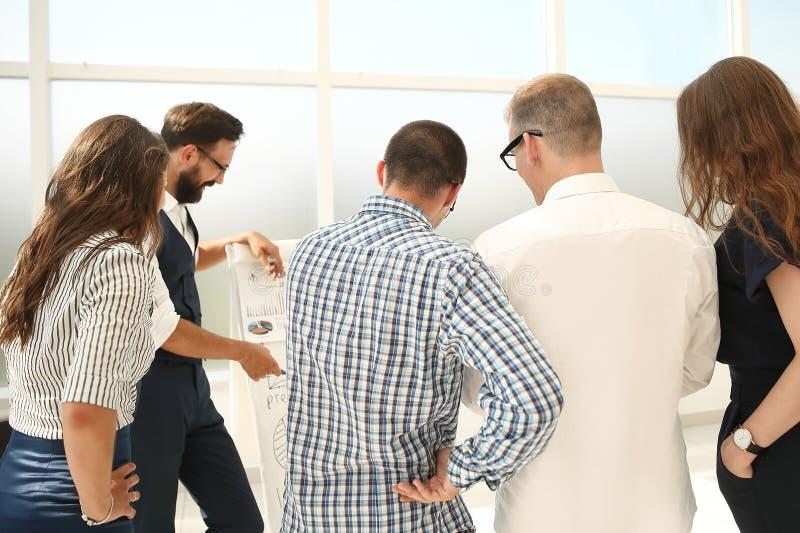 Equipe nova do negócio que discute uma estratégia nova para a empresa fotos de stock