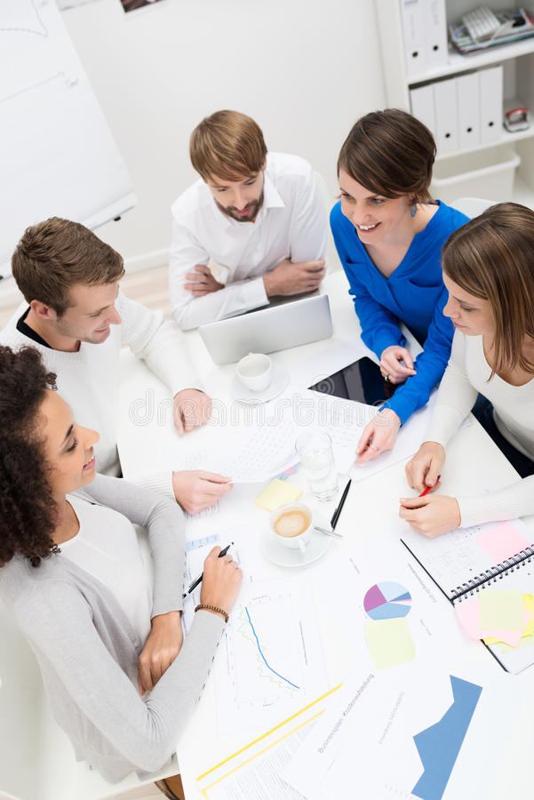 Equipe nova do negócio que realiza uma reunião imagem de stock