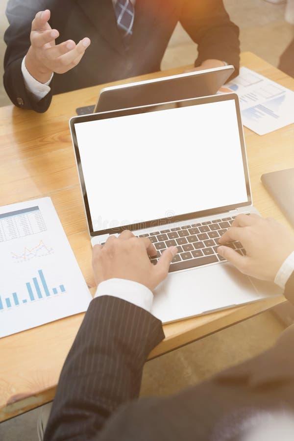Equipe nova do negócio que trabalha em um portátil no escritório foto de stock