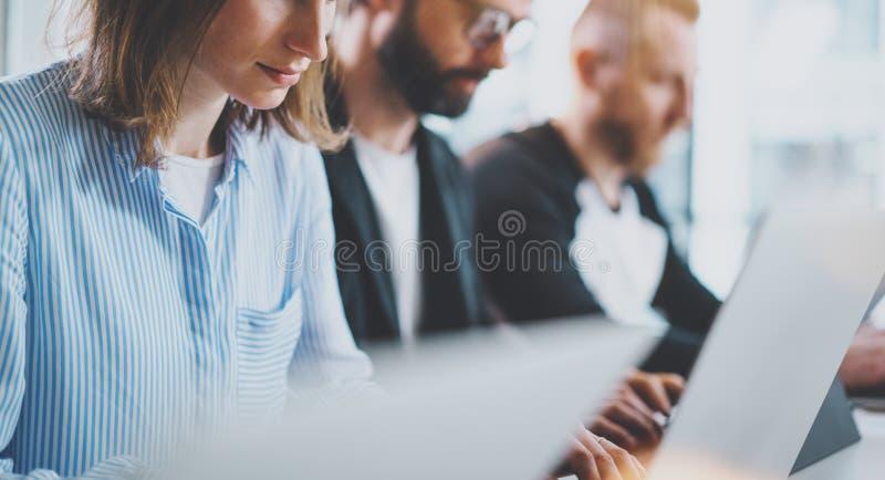 Equipe nova do negócio que trabalha junto na sala de reunião no escritório Colegas de trabalho que conceituam o conceito do proce imagens de stock