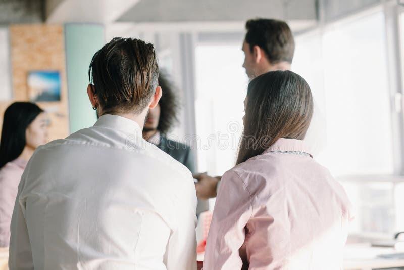 Equipe nova dos colegas de trabalho que fazem a grande discussão da reunião foto de stock