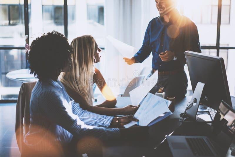 Equipe nova dos colegas de trabalho que fazem a grande discussão da reunião no escritório coworking moderno Homem de negócios lat fotografia de stock royalty free