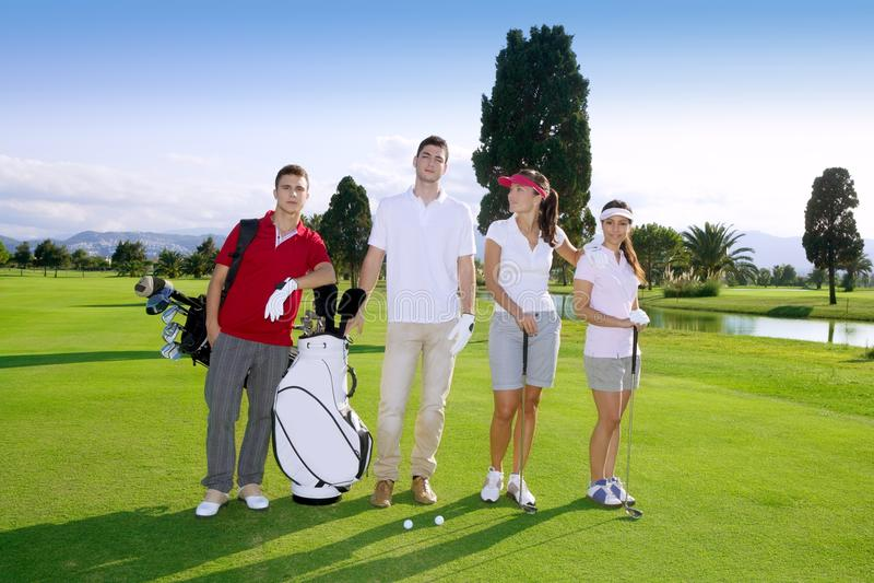 Equipe nova dos jogadores do grupo dos povos do campo de golfe imagem de stock royalty free