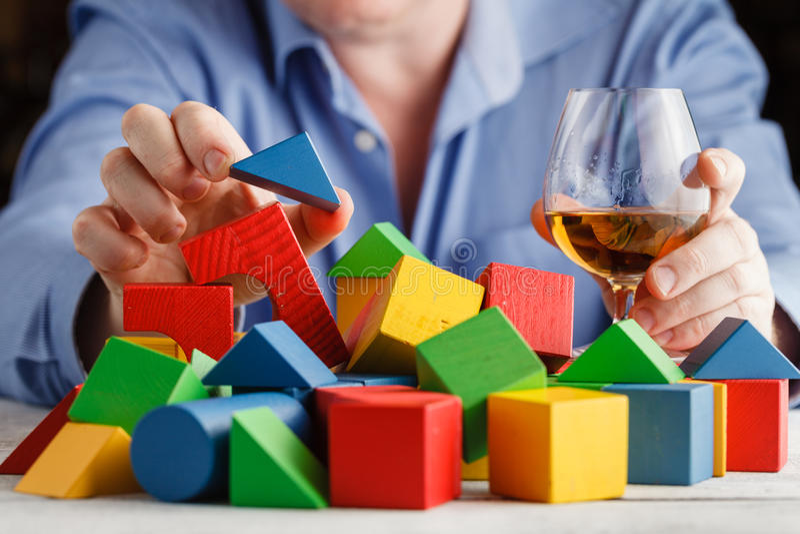 Equipe o abuso do álcool que sente triste e só foto de stock