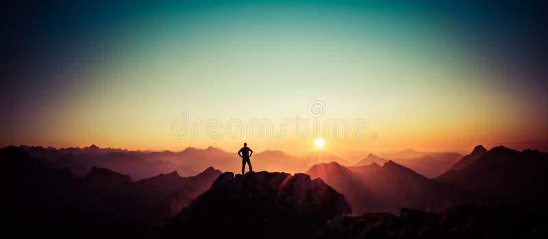 Equipe o alcance da cimeira que aprecia a liberdade e que olha para o nascer do sol das montanhas imagens de stock royalty free