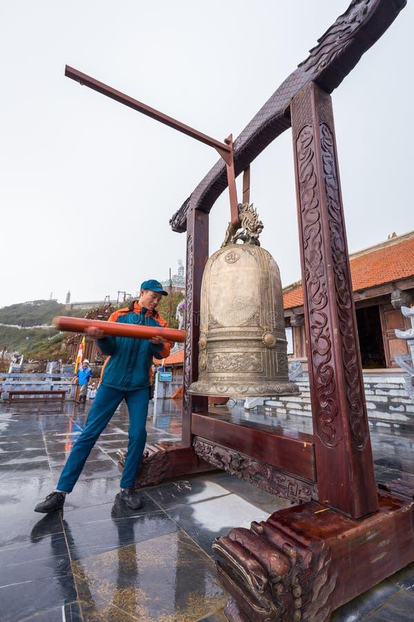 Equipe o anel um sino dourado na legenda de Fansipan do Pa do Sa, Vietname fotos de stock royalty free