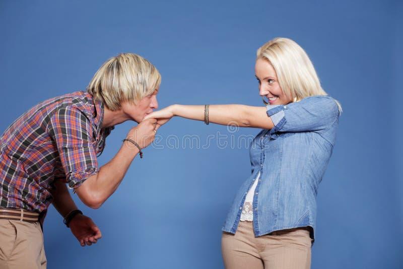 Equipe o beijo da mão da mulher. fotos de stock