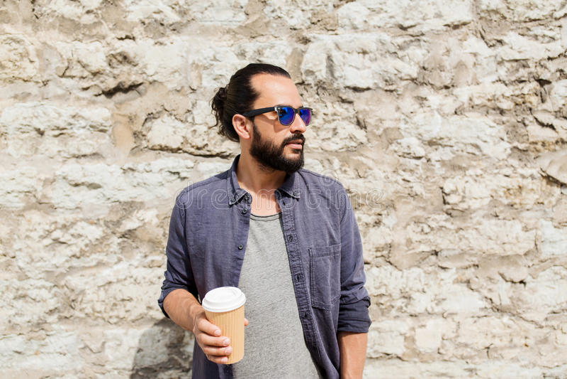 Equipe o café bebendo do copo de papel na rua imagens de stock