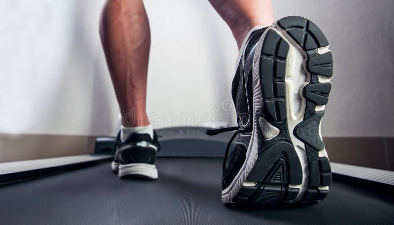 Equipe o corredor em um gym em um conceito da escada rolante para exercitar, fitn fotos de stock
