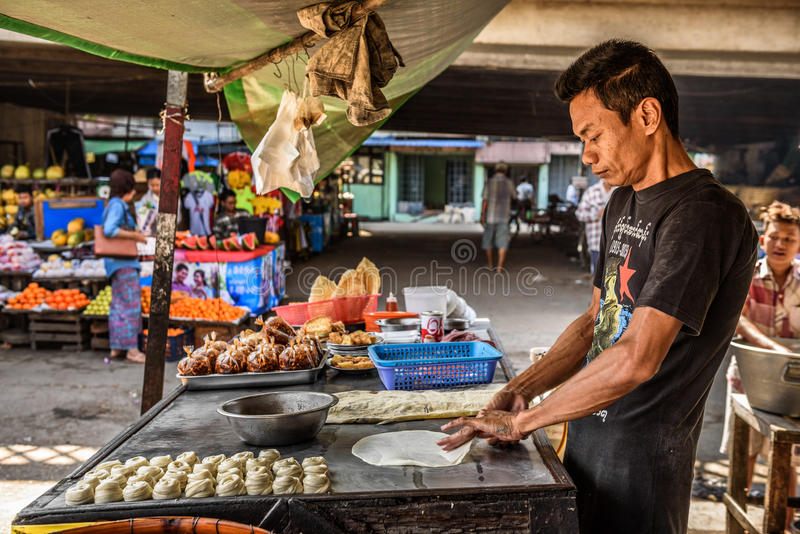 Equipe o cozimento do alimento burmese tradicional da rua em Yangon, Myanmar imagens de stock