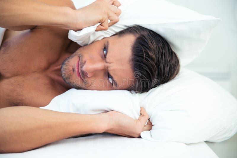 Equipe o encontro na cama com o descanso na cabeça foto de stock royalty free
