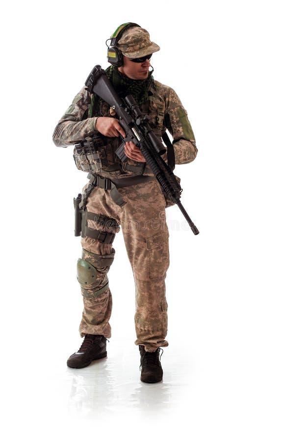 Equipe o equipamento militar um soldado no tempos modernos em um fundo branco fotos de stock royalty free