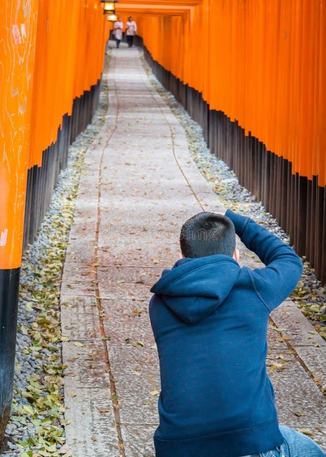Equipe o fotógrafo que toma imagens no santuário de Inari do fushimi imagens de stock