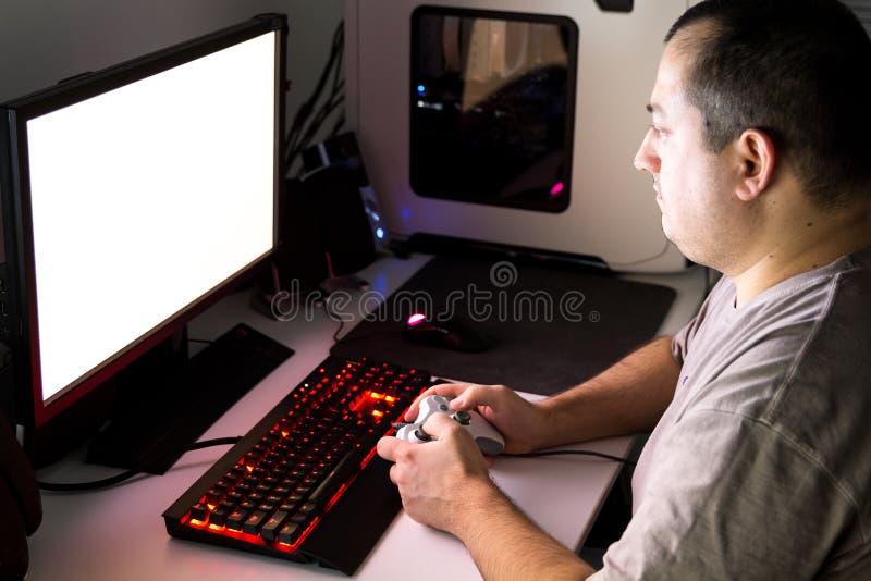 Equipe o jogo do jogo de computador no desktop feito-à-medida com joypad, KE foto de stock royalty free