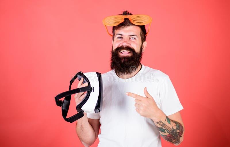 Equipe o moderno farpado com os auriculares da realidade virtual e fundo louvered do vermelho dos óculos de sol Realidade alterna imagem de stock