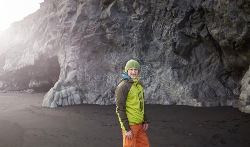 Equipe o passeio na praia da areia do preto de Kirkjufjara, Islândia do sul fotos de stock royalty free