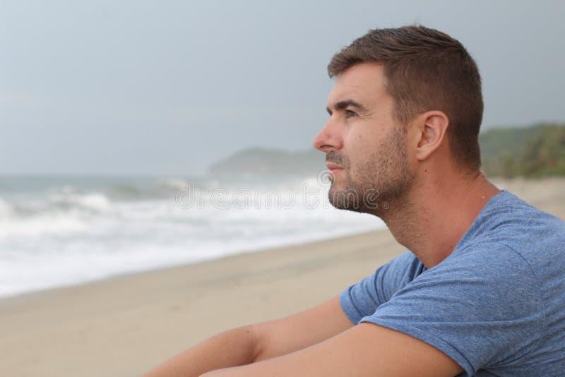 Equipe o pensamento na praia com espaço da cópia imagem de stock