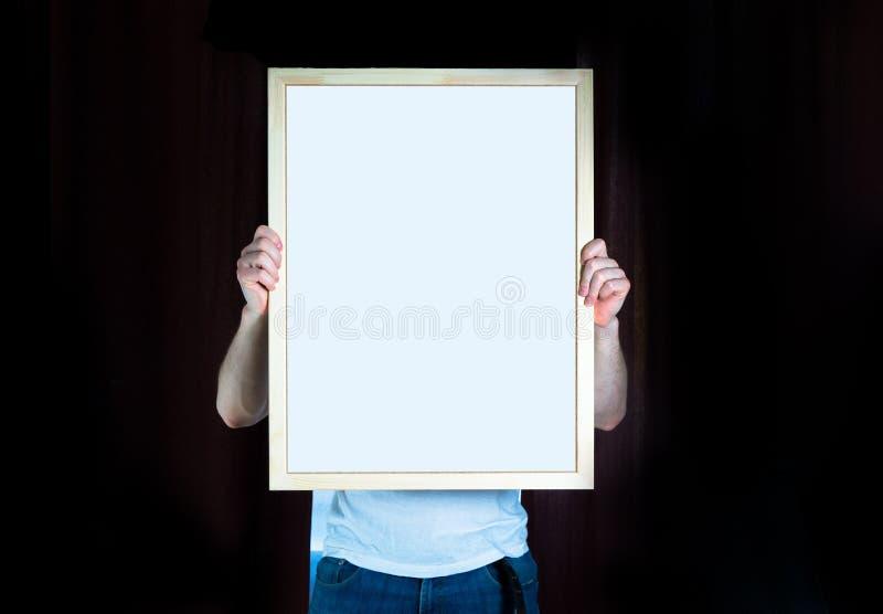 Equipe o quadro de madeira da posse, zombaria acima, no fundo preto imagem de stock