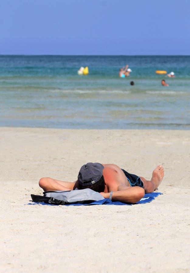Equipe o relaxamento na praia no verão fotos de stock