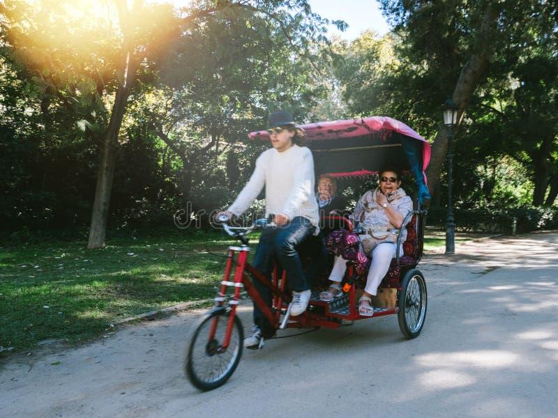 Equipe o riquexó da equitação com os povos no parque Barcelona de Ciutadella fotografia de stock royalty free