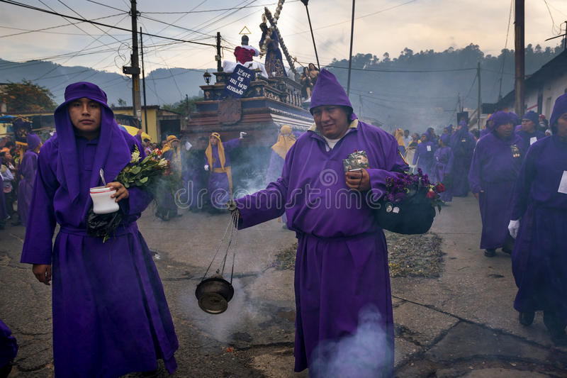 Equipe o robesin roxo vestindo uma procissão durante as celebrações da Páscoa, na Semana Santa, em Antígua, Guatemala imagens de stock royalty free