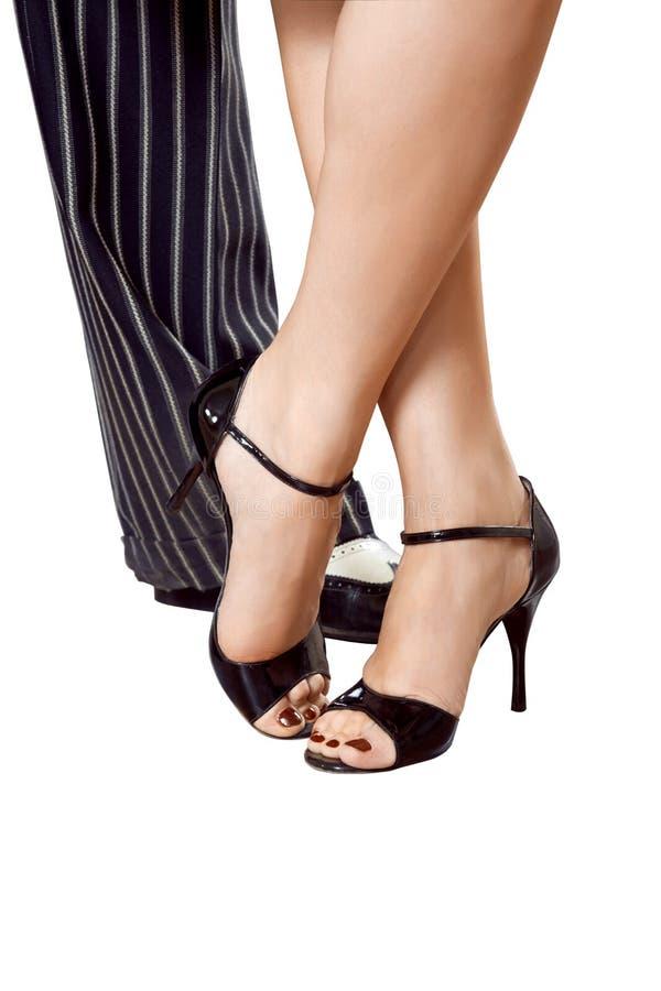 Equipe o ` s e os pés fêmeas que dançam o tango isolado com trajetos de grampeamento fotos de stock