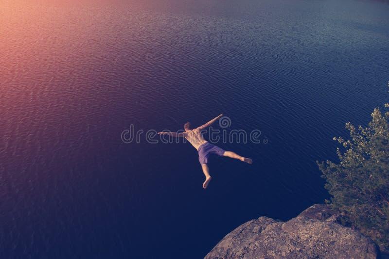 Equipe o salto no lago do penhasco imagens de stock royalty free