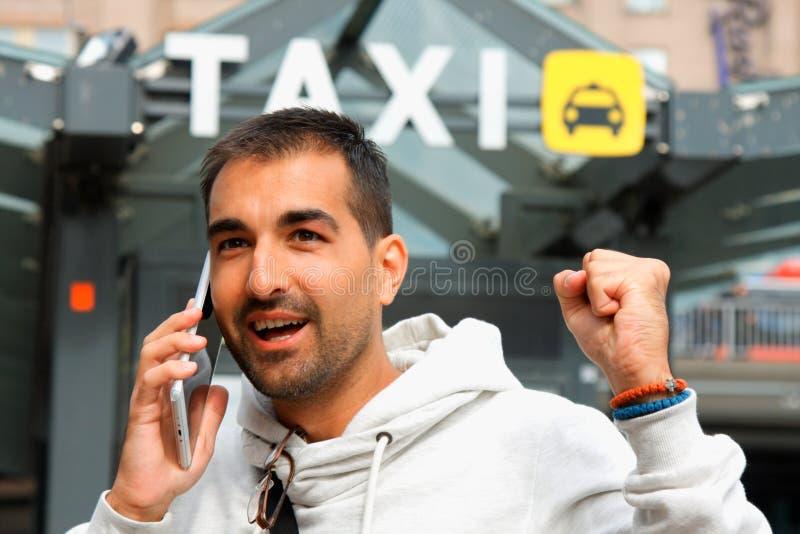 Equipe o sentimento lacky em ordem de um táxi de seu telefone celular fotografia de stock royalty free