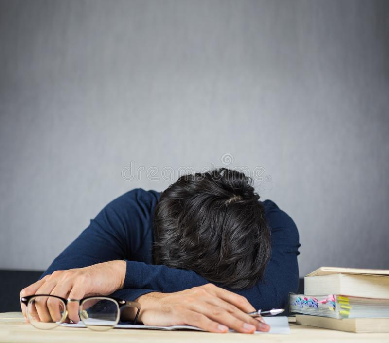 Equipe o sono na mesa de madeira do trabalho, no conceito duro e cansado do estudo fotos de stock